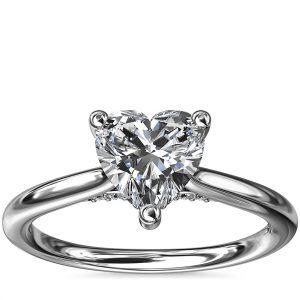 小巧隱藏光環單石搭鑽石訂婚戒指