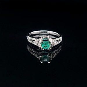 墊形綠寶石鑽石戒指