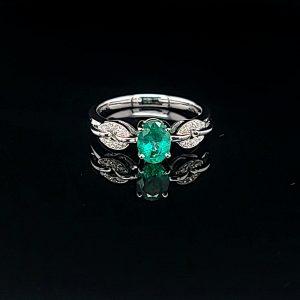 橢圓形鑽石綠寶石戒指